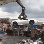 罪人のフェラーリが押収され、クレーン車にて廃車にされる