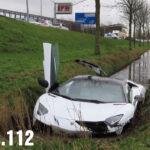 ランボルギーニ・アヴェンタドールが水路に落ちる事故