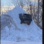 雪山に突っ込んだSUV