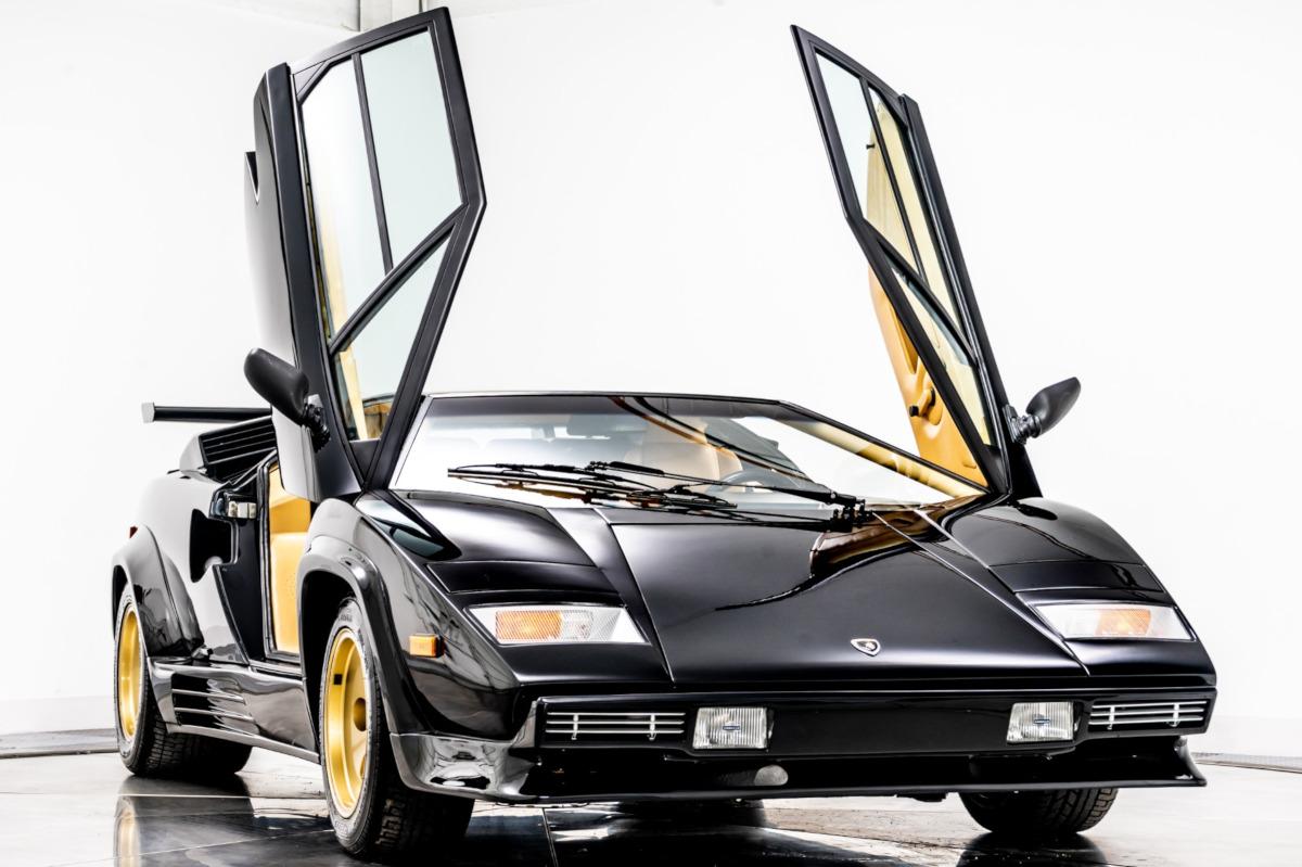 ブラックにゴールドのホイールを装着したランボルギーニ・カウンタック5000QVが中古市場に
