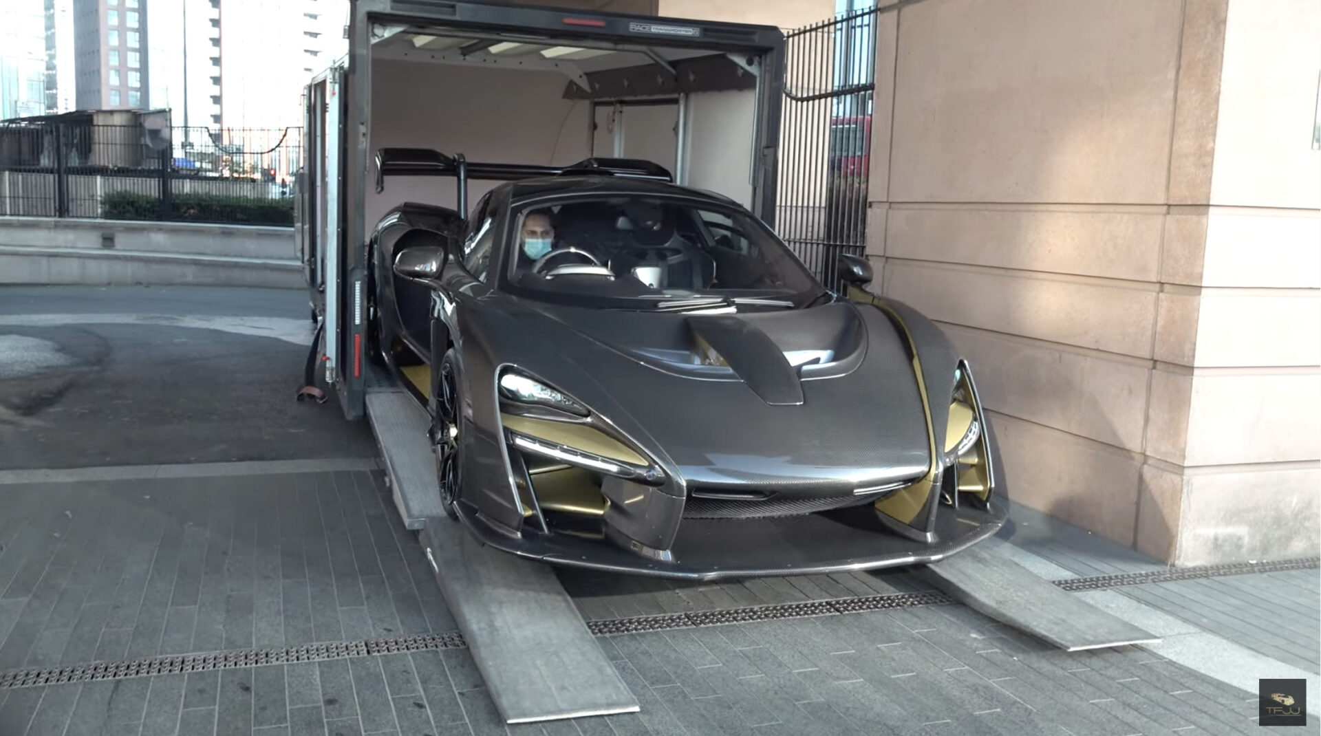 ロンドンにて、タワマンに住む富豪へと1.5億円のマクラーレン・セナが納車