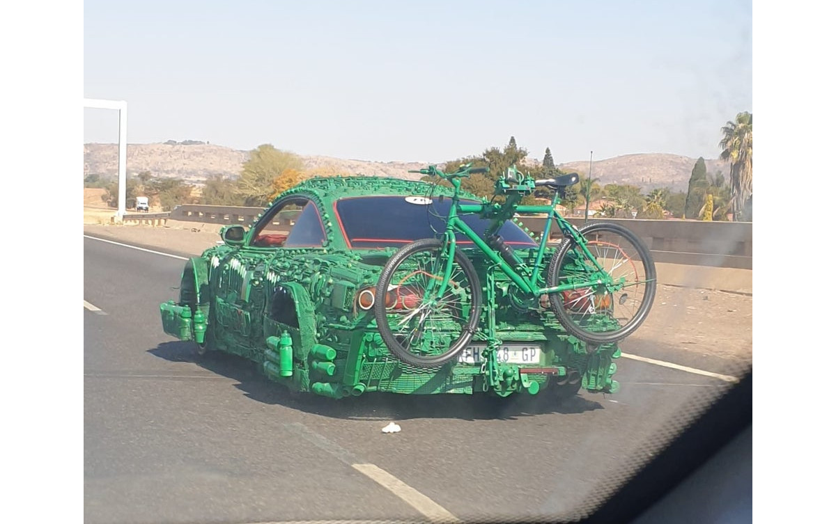 「すごくグリーンな」カスタムカーが目撃される