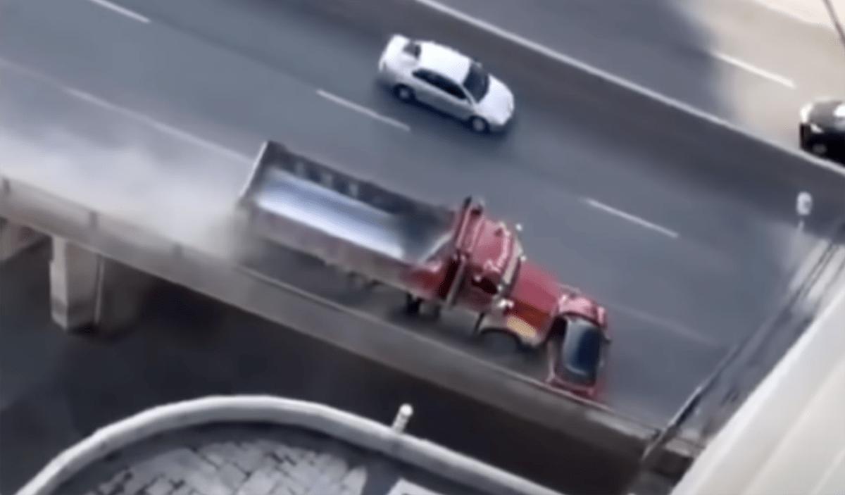 どうしてこうなった!?異常なあおり運転?カナダの高速道路上にて、横を向いたミニクーパーを押しながら走るトラック