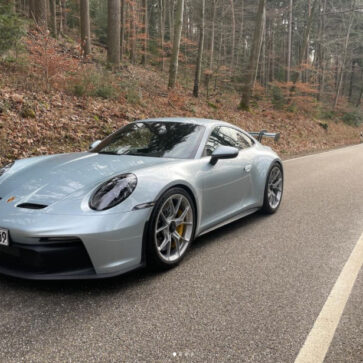 まさかのポルシェ公式!ランボルギーニのボディカラー「Azzuro Thetys Metallic」に塗装した新型911GT3