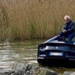納車されたばかりのフェラーリ812GTSが池にドボン