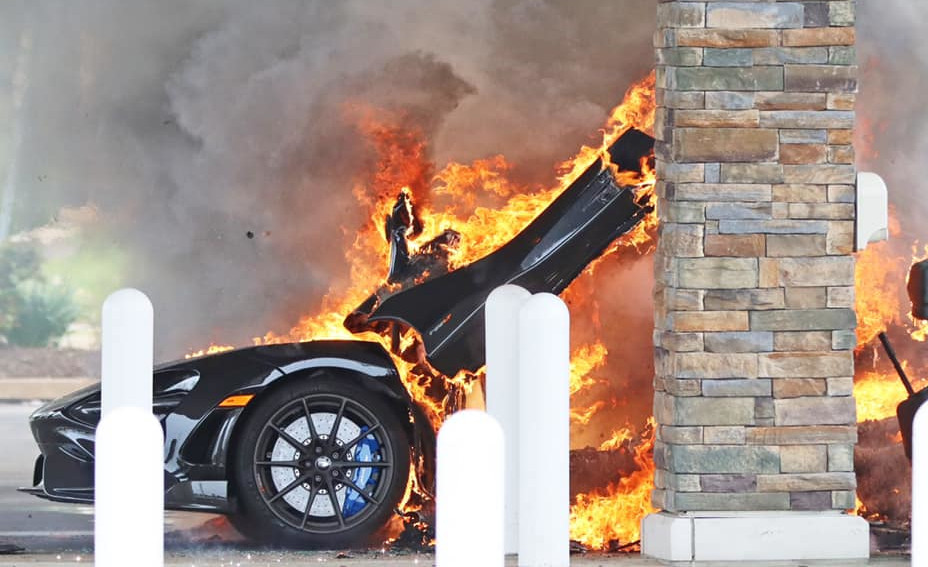 納車直後、希少なマクラーレン765LTが給油中に発火→炎上