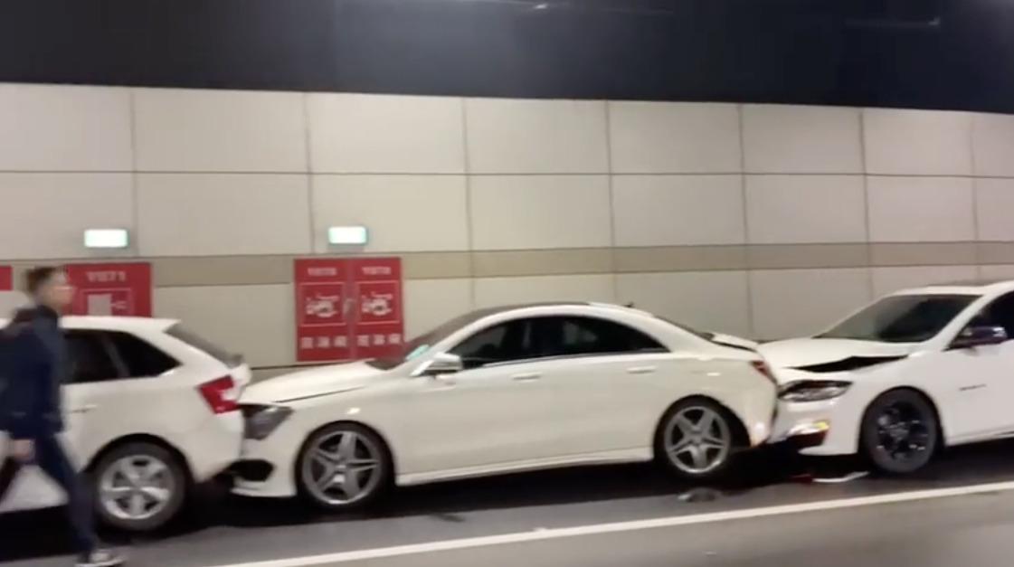 中国にて12台が玉突き事故