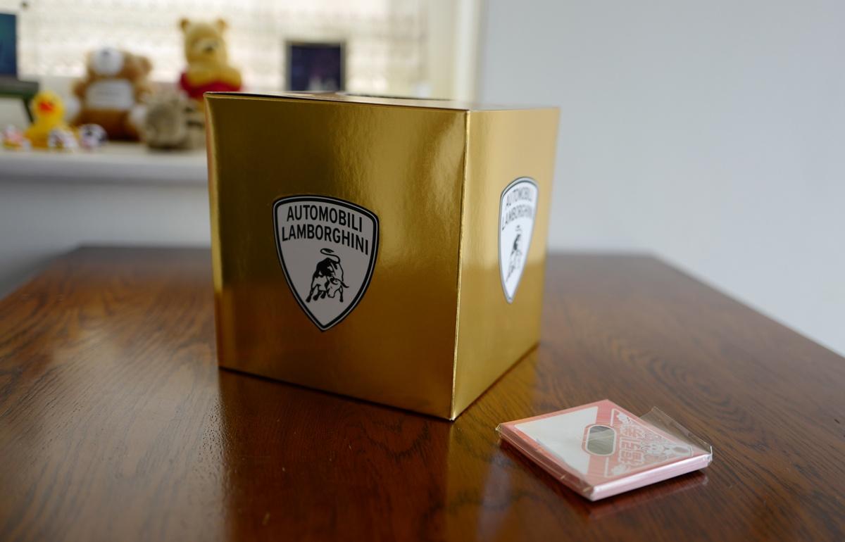 現在オフ会の配布物を準備中、ミニカーやポスターなどを配布予定。「ランボルギーニ仕様」抽選箱もスタンバイ