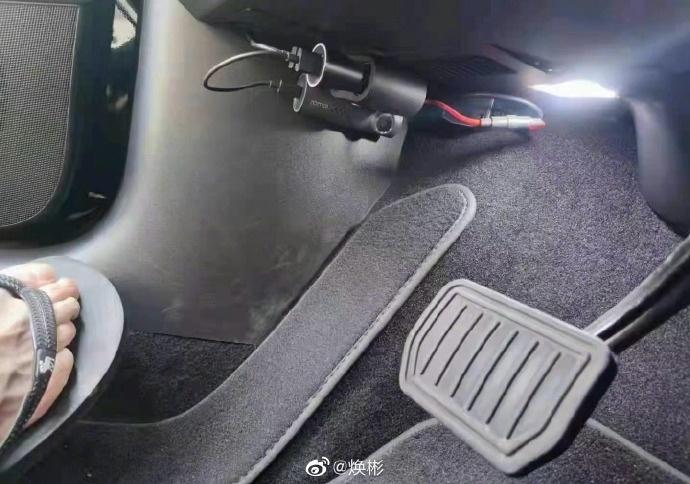 中国にて、自分のテスラ車のペダルへとカメラを取り付けるオーナー急増