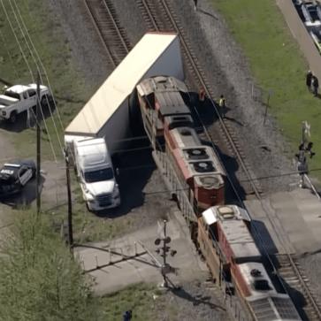 米にて積載車と列車との衝突事故!トレーラーの中にはフェラーリSF90ストラダーレ、488、ポルシェやベントレーなど高価な車が積まれており、被害総額が膨大に
