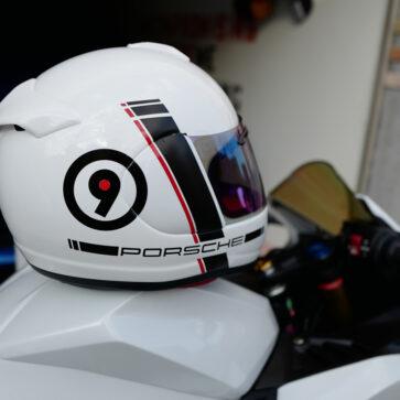 今日のホンダCBR250RR。ヘルメットにポルシェロゴ追加