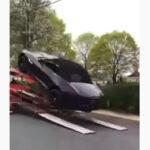 オープンカーはこんなにボディがたわむのか・・・。積車からジャガーFタイプが落下して後方のトラックとGT-Rを巻き込む事故に