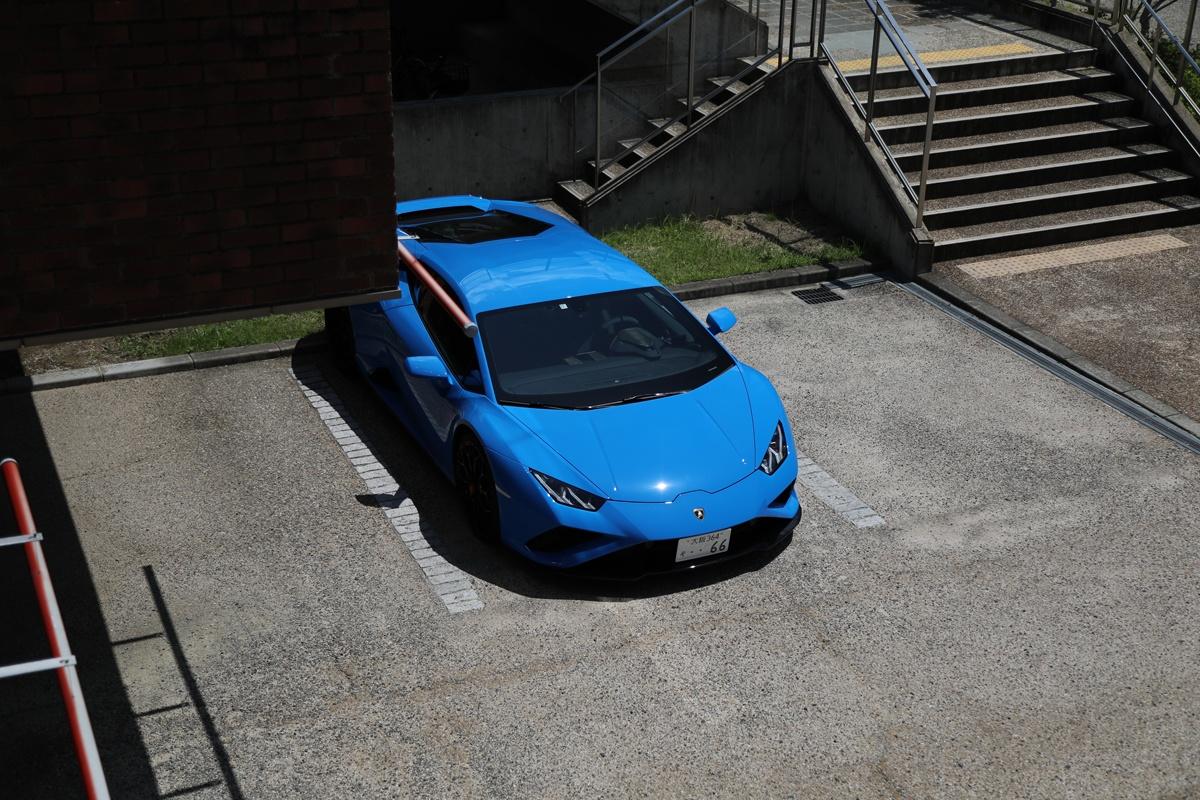 ブルーのランボルギーニ・ウラカンEVO RWD