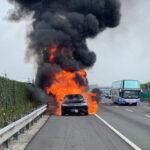 台湾にてランボルギーニ・ウルスが炎上。車両の電気系統に問題があったとされ、ものの数分で燃え尽きる