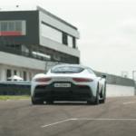 マセラティMC20がサーキットにて時速200キロまで加速