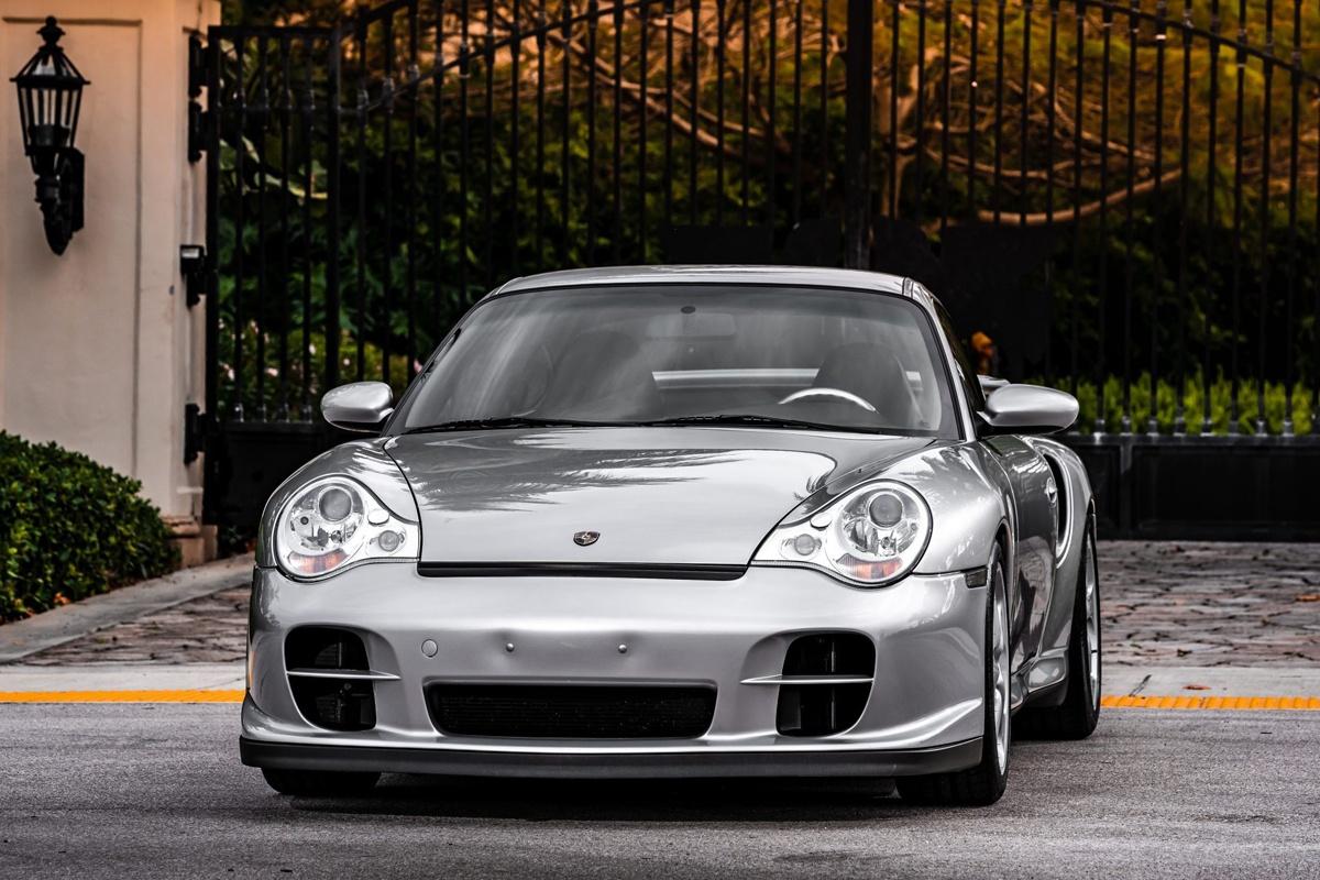 北米に輸入されたのは303台のみ、事故率が高く何台現存するのか不明なポルシェ911GT2(996)が競売に登場