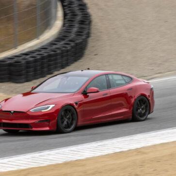 米サーキットに驚異的な速さを誇るテスラ・モデルSが出現して話題騒然