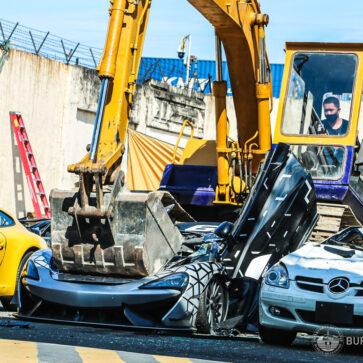 限定350台のマクラーレン620Rも犠牲に!密輸されたスーパーカーや高級車、あわせて21台がブルドーザーによって破壊される