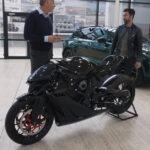 これが1台1300万円、アストンマーティンのスーパーバイク!イケメンユーチューバーがアストンマーティン本社にて対面