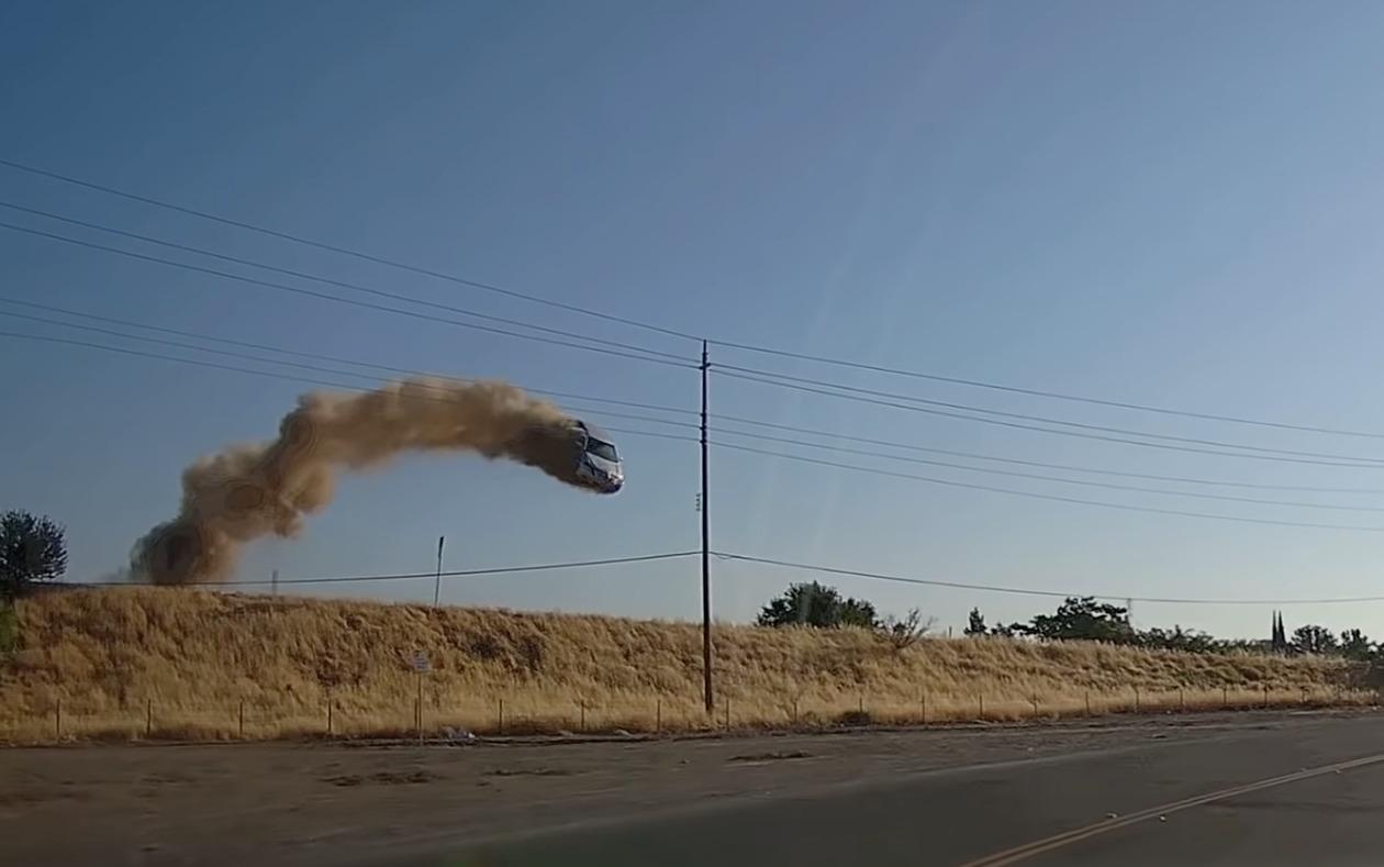 まさかこんな事態に遭遇するとは!道路を走っていたらミサイルのようにクルマが飛んできた