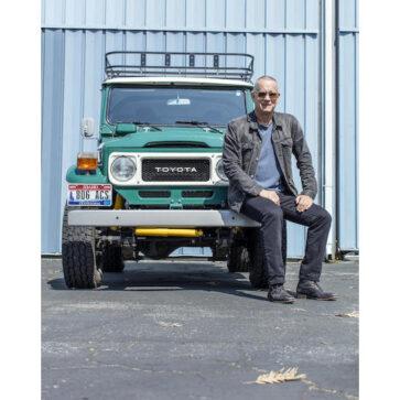 トム・ハンクスは実はカーマニアだったようだ!ポルシェのシートを装着しレストモッドしたランドクルーザー(ランクルFJ40)をサイン入りで競売へ