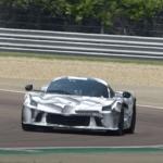 フェラーリの新型ハイパーカーがサーキットを走る!2023年のル・マン「LMH」に出場し、同時に市販されることになる?