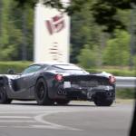 フェラーリの新型ハイパーカー?ラ・フェラーリのボディパネルを身にまとい、「センターエキゾースト」を採用する試作車が目撃に