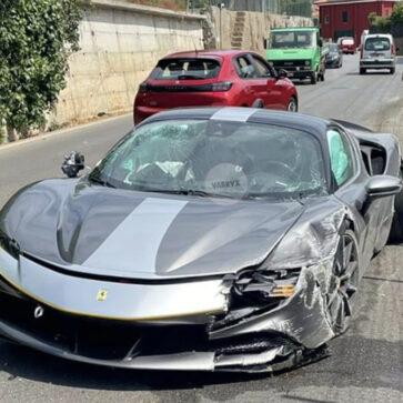 フェラーリSF90ストラダーレ初の事故?イタリアにて大破したSF90が目撃される
