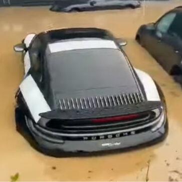 洪水にて水没するポルシェ911