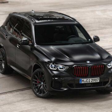 BMWが「全身真っ黒」、しかしキドニーグリルにレッドを採用した「X5 ブラックヴァーミリオン」を限定発売