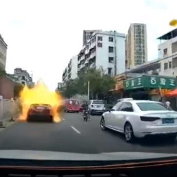 中国にて、走行中のトヨタ・カムリが突然大爆発