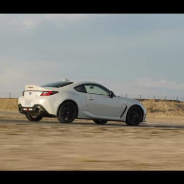 新型GR86の「フル」テスト登場!ハンドリング、加速、公道走行、日常性、サーキットでの走行をメディアが評価。加速性能は公称値以上、テスターは「ポルシェ944の現代版。300万円で買えるポルシェといっていい」
