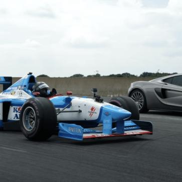 現代のスーパーカーはここまで性能が向上していた!V10時代のF1マシンとマクラーレン570Sとが加速・減速での対決を行い、驚くほど近い結果となる