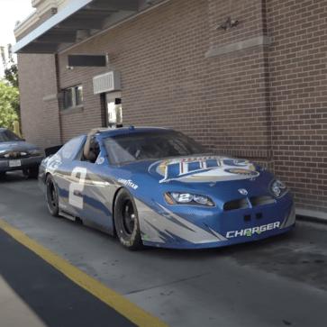公道走行が違法なレーシングカー(NASCAR)でマクドナルドのドライブスルーに!レース用のクルマを街なかで走らせるとこんなに苦労する