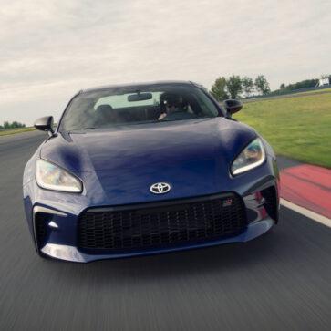 トヨタのチーフエンジニアがGR86とスバルBRZとの違いについて語る。「トヨタはエンジンレスポンスを重視し、スバルは快適性を重視した」
