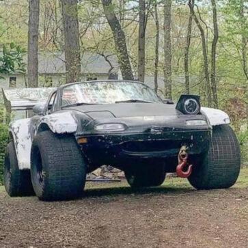 世界一太いタイヤを装着したマツダ・ロードスターが目撃される!巨大オーバーフェンダーにリアウイング装着のバトル仕様