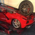 これは災難!積車の下段に載せられたコルベットに「上段のパレット」が落ちてきて押しつぶされる・・・