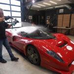 世界に一台!希少なフェラーリP4/5に容赦なく水や泡をぶっかけて洗車。見ているこちらのほうがハラハラする