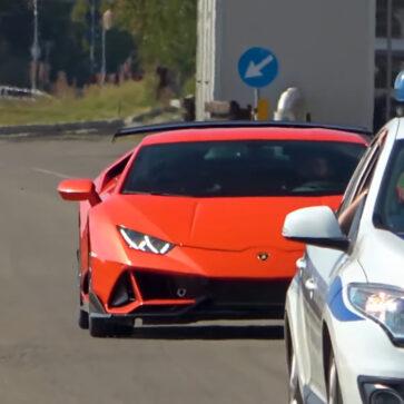 いったいこれは?ランボルギーニ・ウラカンEVOが謎のエアロパーツを装着して本社付近を走行中