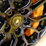 ランボルギーニ・ウラカンEVO RWD久々に洗車。軽量鍛造ホイールは「肉抜き」のためにちょっと洗いにくく、現在はムートンを使用することで対応中