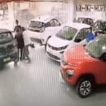 まさかのハプニング!インドにて新車の納車中にオーナーが操作を誤って2Fのショールームから車ごと飛び出して路上に落下する