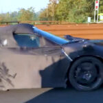 公道にて「フェラーリの新型超限定モデル」試作車が目撃される!まさかのフェンダーミラー装着、レトロなルックスを現代の技術で再現か