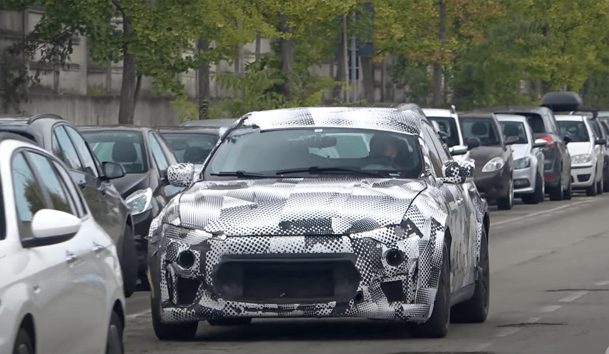 フェラーリの新型SUV「プロサングエ」試作車が2台連なって走る!マセラティ・レヴァンテの外装を借りながらも、その下にはフェラーリ製プラットフォームが潜んでいそうだ