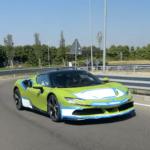 まさかの「明るいグリーン」を身にまとうフェラーリSF90ストラダーレがテスト中!顧客の要望によってペイントされたカスタムカー?