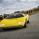 「50年ぶりの復刻」、ランボルギーニ・カウンタックLP500がサーキットを走る!ボクだったらついつい「もったいない」と考えるが、これがスーパーカーの真の姿かも