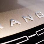 新型レンジローバーの発表は10月26日!「これまででもっとも魅力的なレンジローバー」となる模様。なお日本市場では5台限定にて「SV ゴールデンエディション(2321万円)」が発売